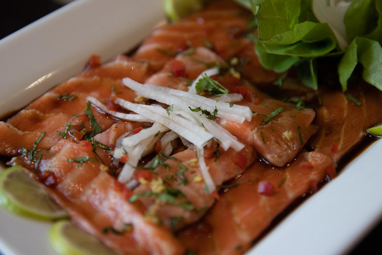 Camarón, pulpo, calamar y pescado del día en su leche de tigre al ají limo.